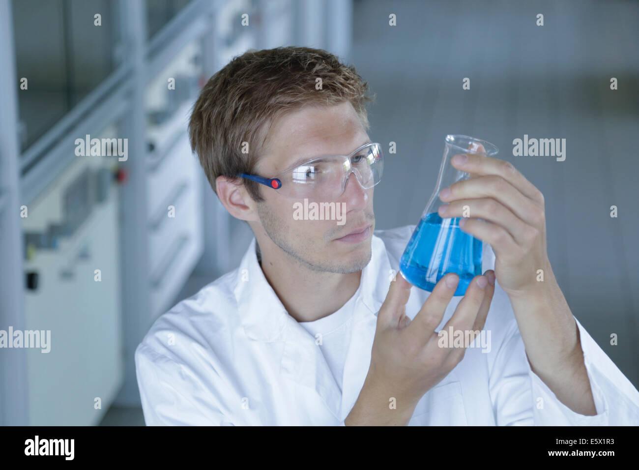 Männliche Wissenschaftler hält Erlenmeyerkolben im Labor Stockbild