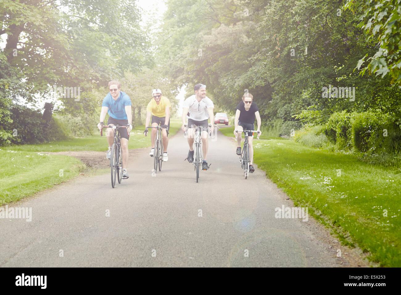 Radfahrer fahren auf grünen Landschaft Straße, Cotswolds, UK Stockbild