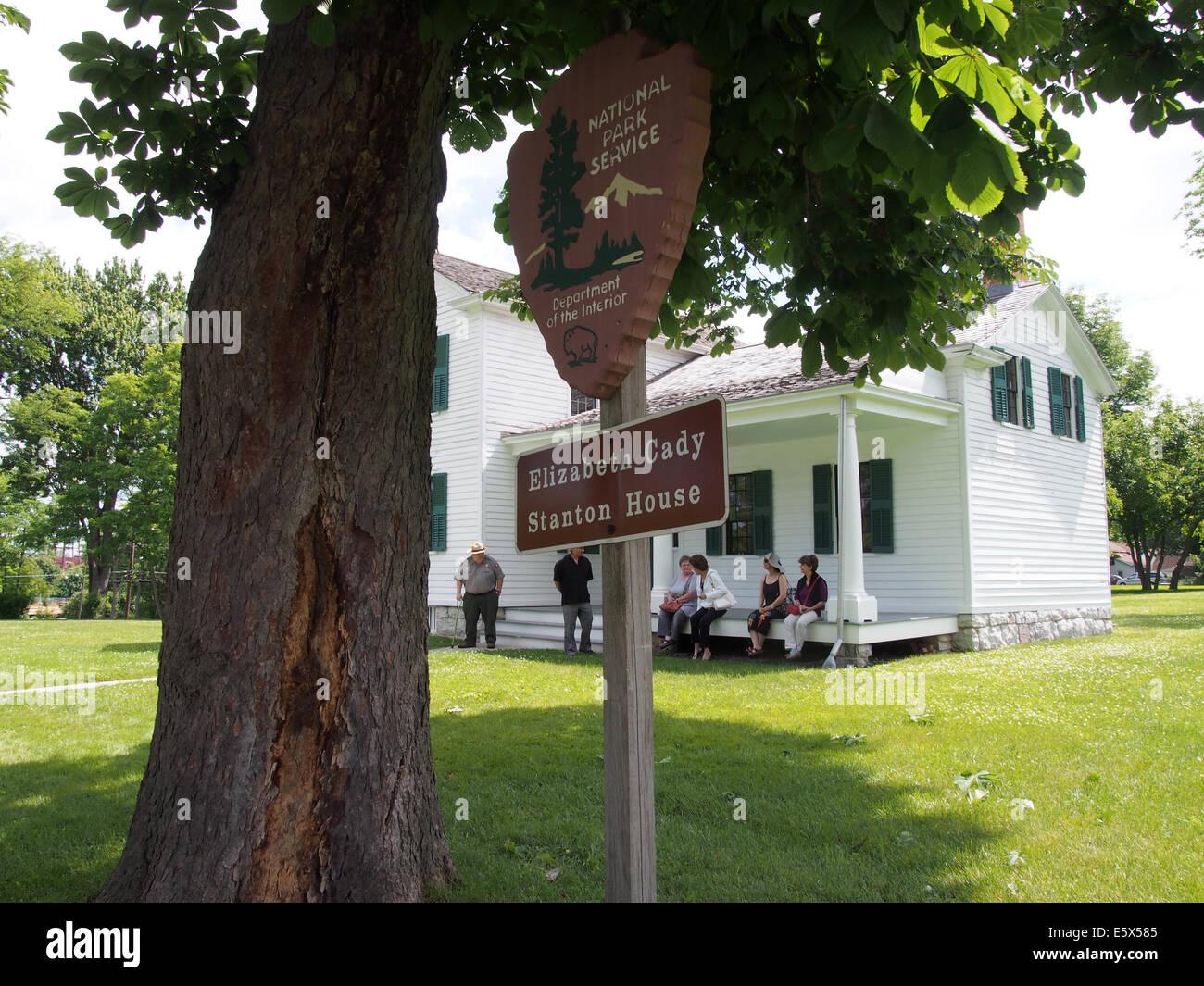 Park Ranger, die Durchführung der Tour von Elizabeth Cady Stanton House in Seneca Falls, NY, USA, 15. Juni Stockbild
