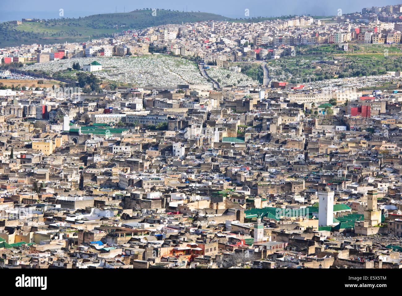 Skyline der Stadt Fez nach Ost und West, Souk, umgebenden Hügeln, Stadtmauern, jüdischer Friedhof, Moscheen, Minarette, Stockfoto