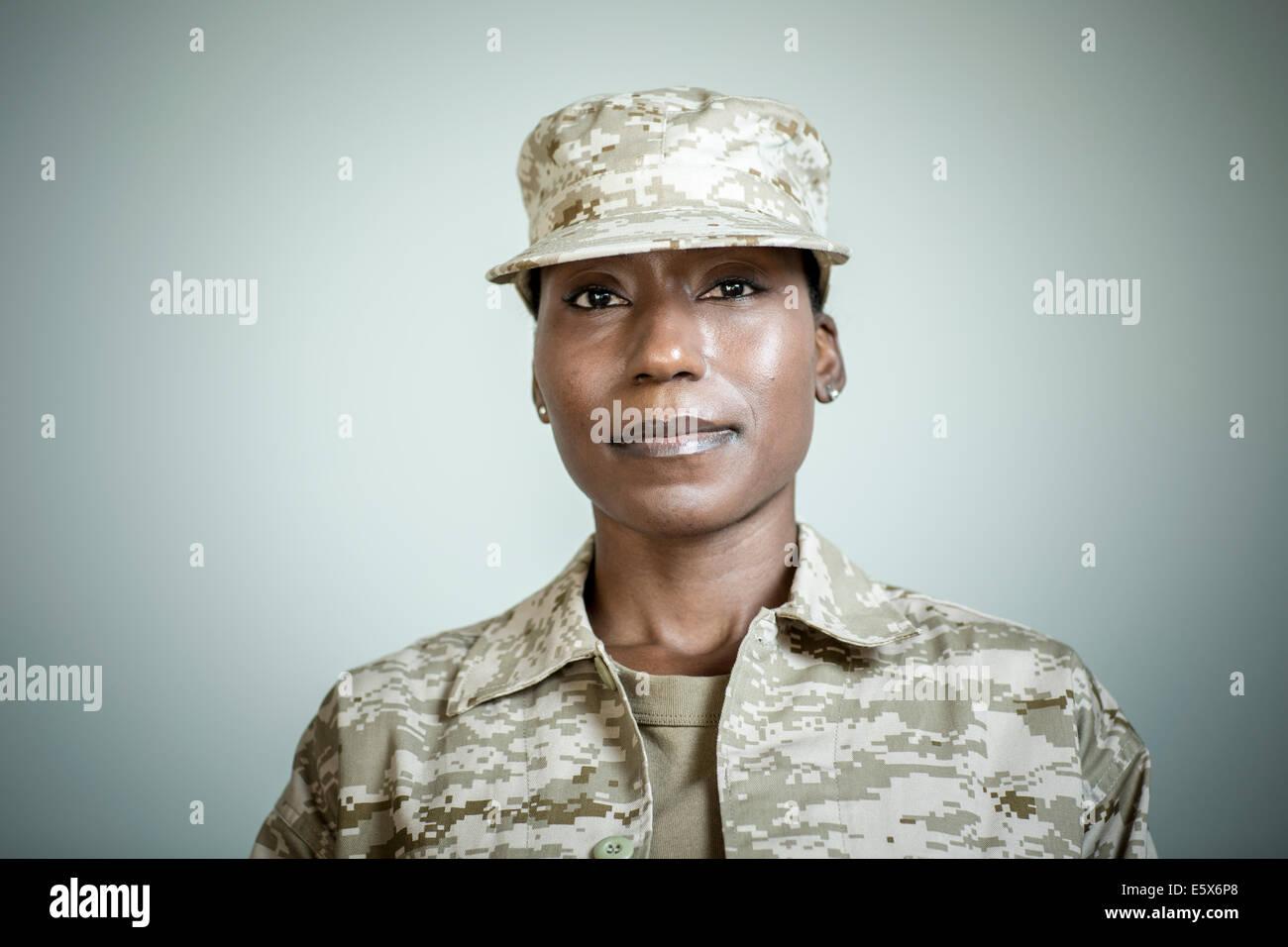Studioportrait von zuversichtlich Soldatin Stockfoto