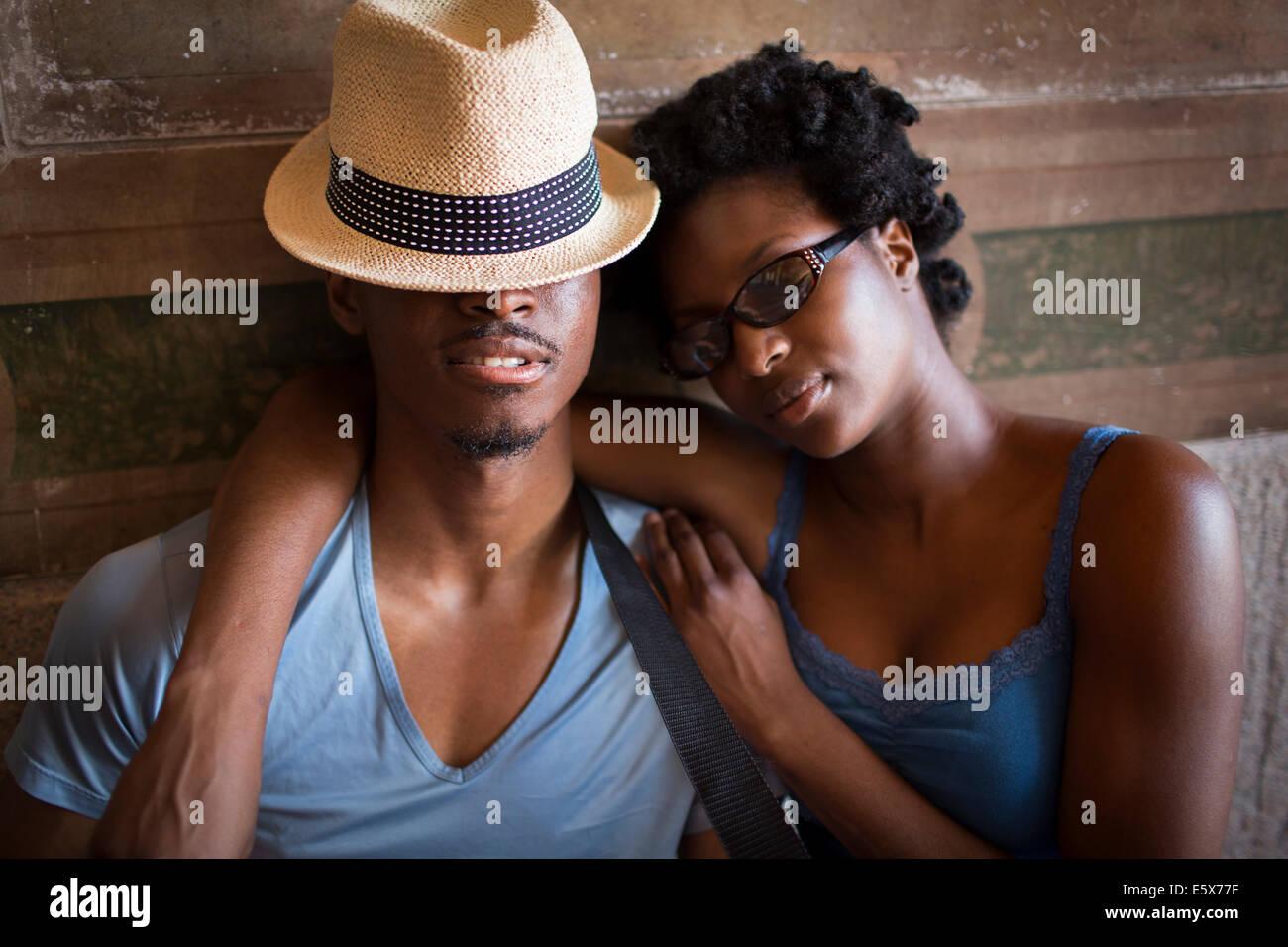 Junges Paar mit geschlossenen Augen in Bethesda Terrasse Arcade, Central Park, New York City, USA Stockbild