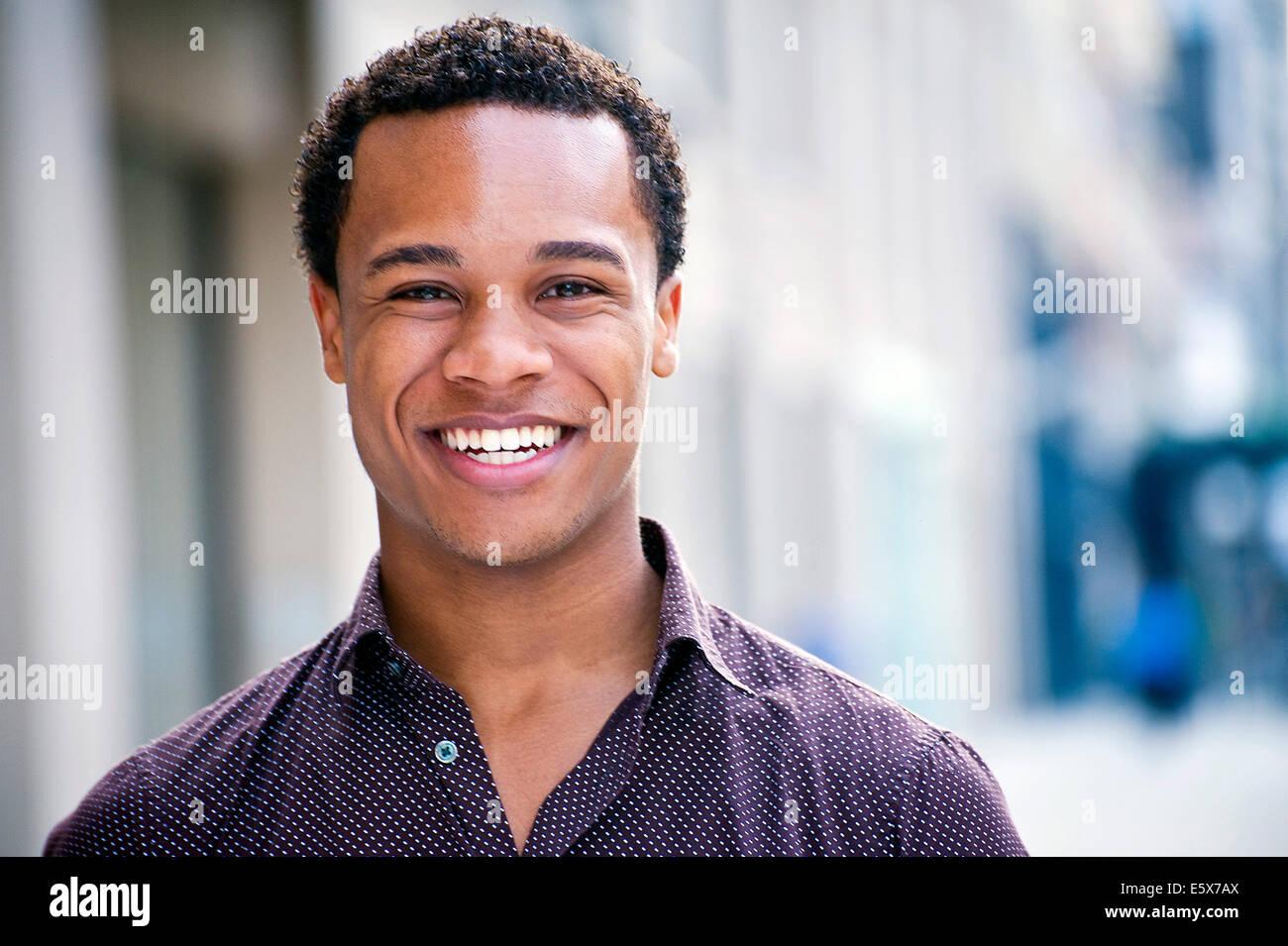 Porträt des jungen Mannes im Chat auf Stadtstraße Stockbild