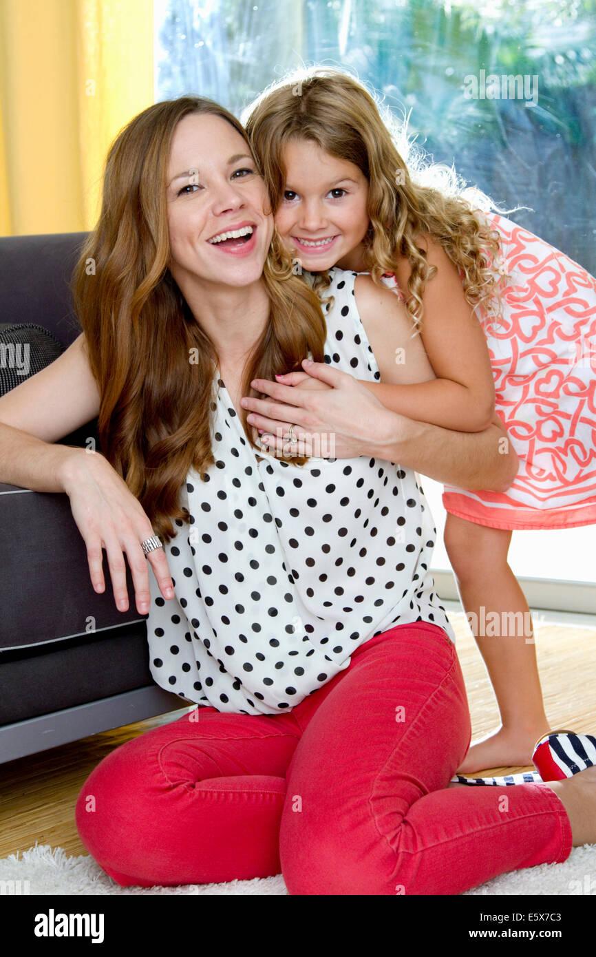 Porträt von Mitte Erwachsene Mutter und Tochter teilen eine Umarmung Stockbild