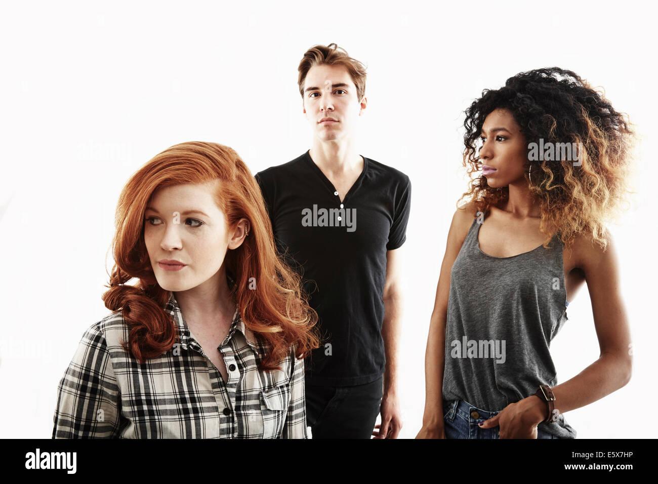Studio-Porträt von zwei jungen Erwachsenen Frauen und ein junger Erwachsener Mann Stockbild