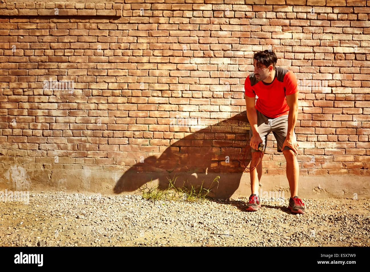Junge männliche Läufer eine Pause Stockbild