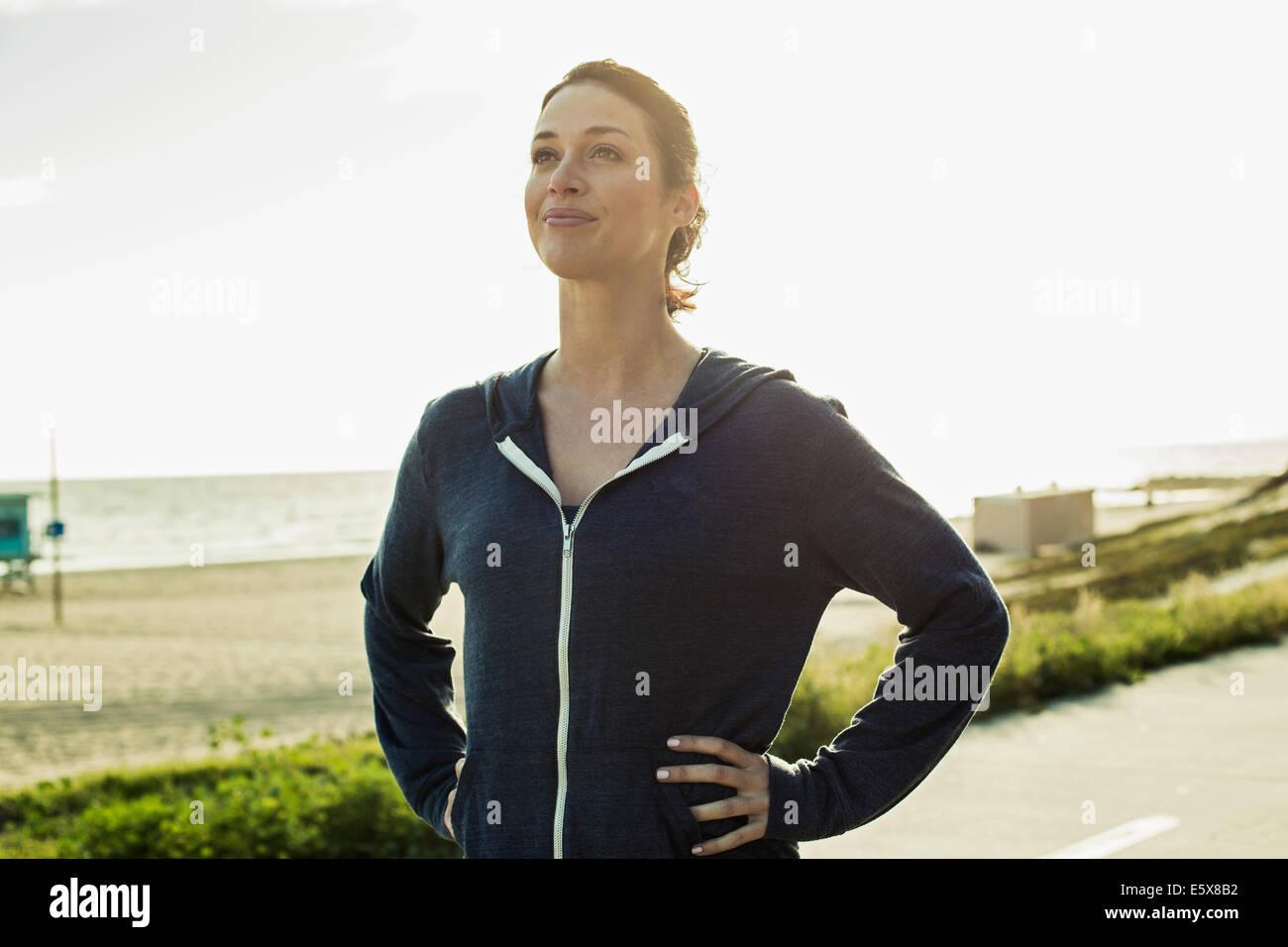 Jogger Pause unterwegs vom Strand Stockbild