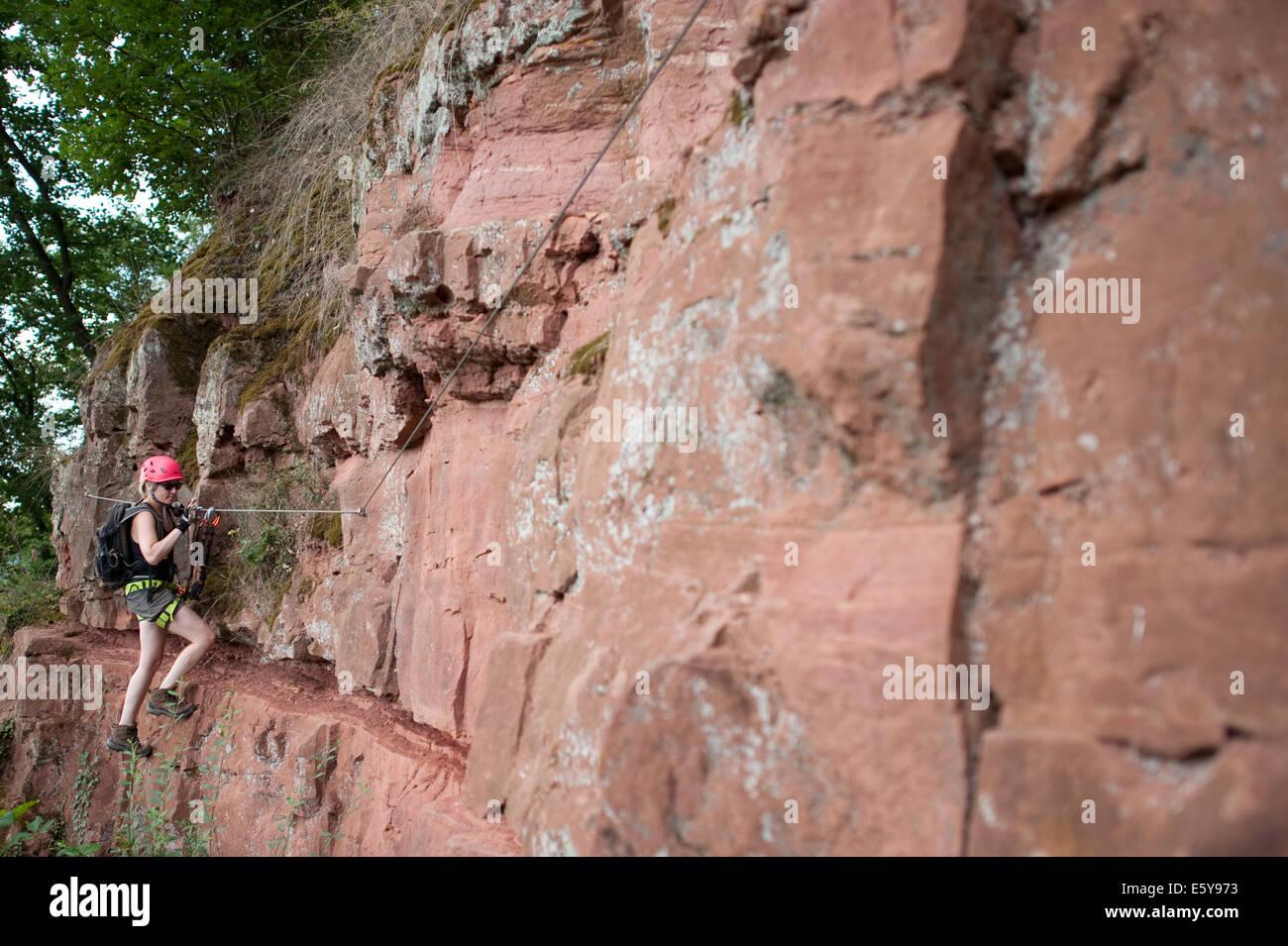 Klettersteig Franken : Ein wanderer geht der klettersteig churfrankensteig. juli 2014