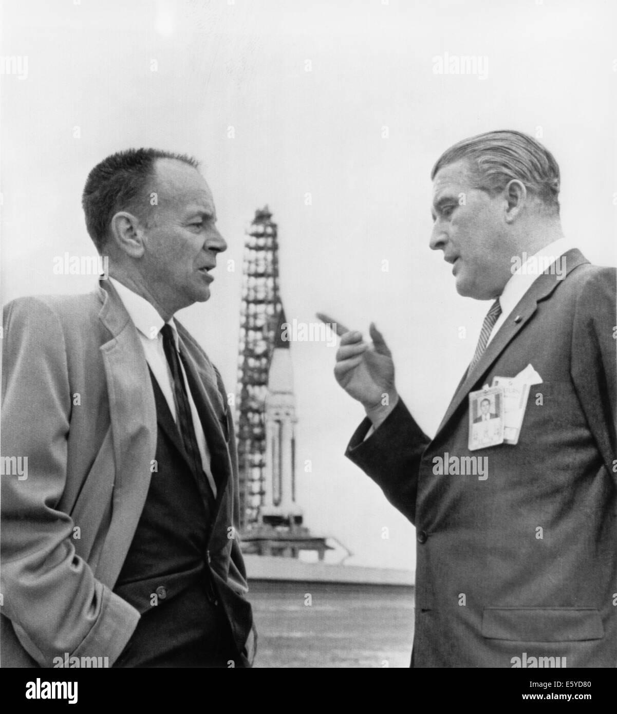 Dr. Wernher Von Braun und Harrison A. Sturm diskutieren SA-5 Saturn-Trägerrakete, Cape Kennedy, Florida, USA, 1964 Stockfoto