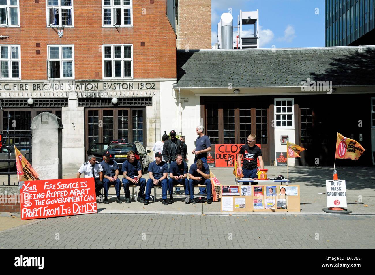 Streikende Feuerwehrleute auf Streikposten vor der Feuerwache Euston Road Central London, England Großbritannien Samstag, 9. August 2014 Stockfoto