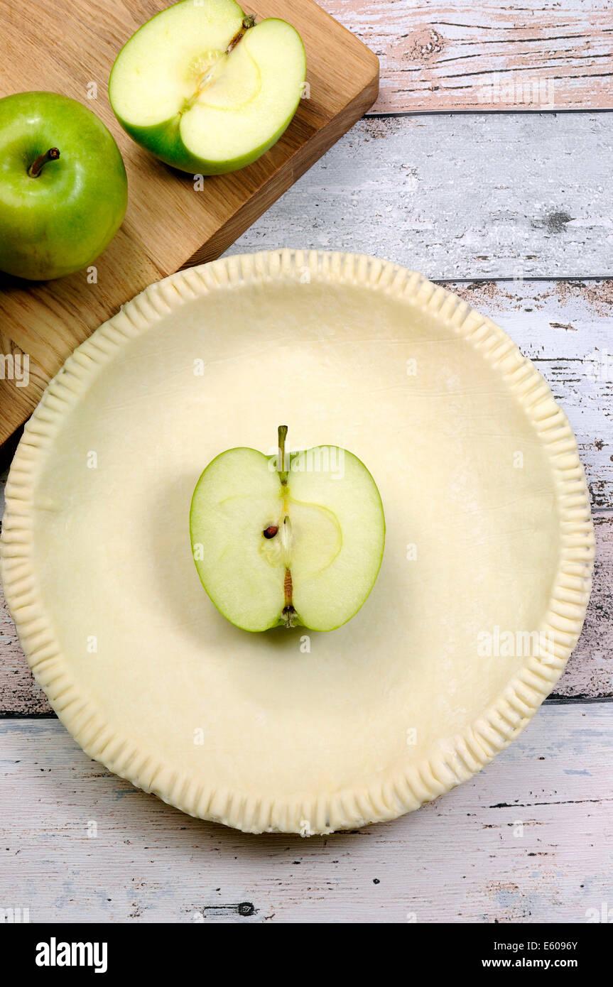 Urlaub festlich mit einer leeren Schale Gebäck Tortenboden mit rohen grünen Apfel Zutaten backen. Stockbild