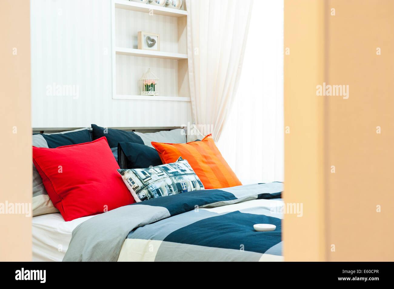 Öffnen Sie das Schlafzimmer mit Kissen Stockbild