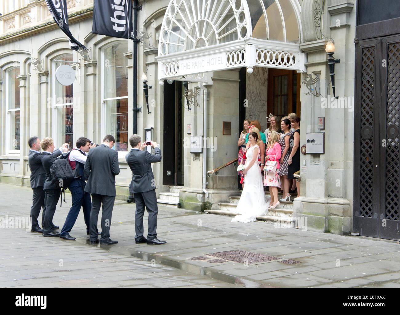 Hochzeitsgaste Die Fotos Von Der Braut Bei Einer Hochzeit An Der