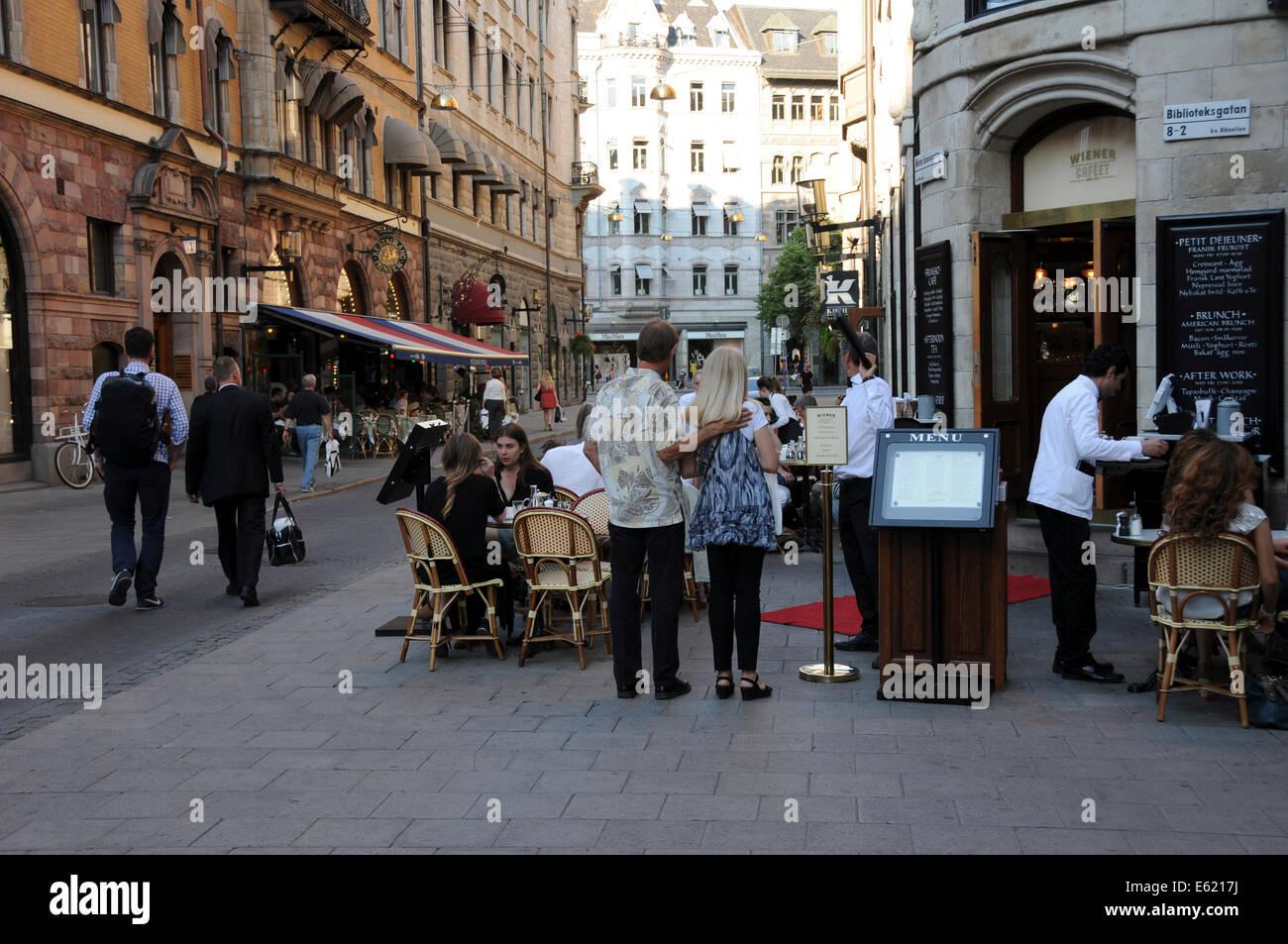 Leben auf der Straße im alten Stockholm mit Bürgersteig Restaurants, Coffee-Shops, Fußgänger Stockbild