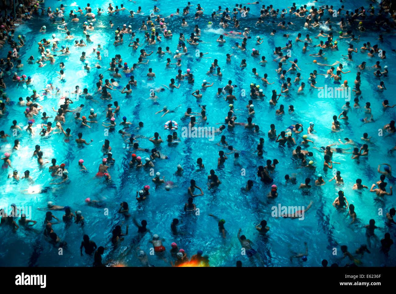 Warmer Tag Schwimmer im Hallenbad Chamshil am Seoul Sports Complex in Südkorea Stockbild