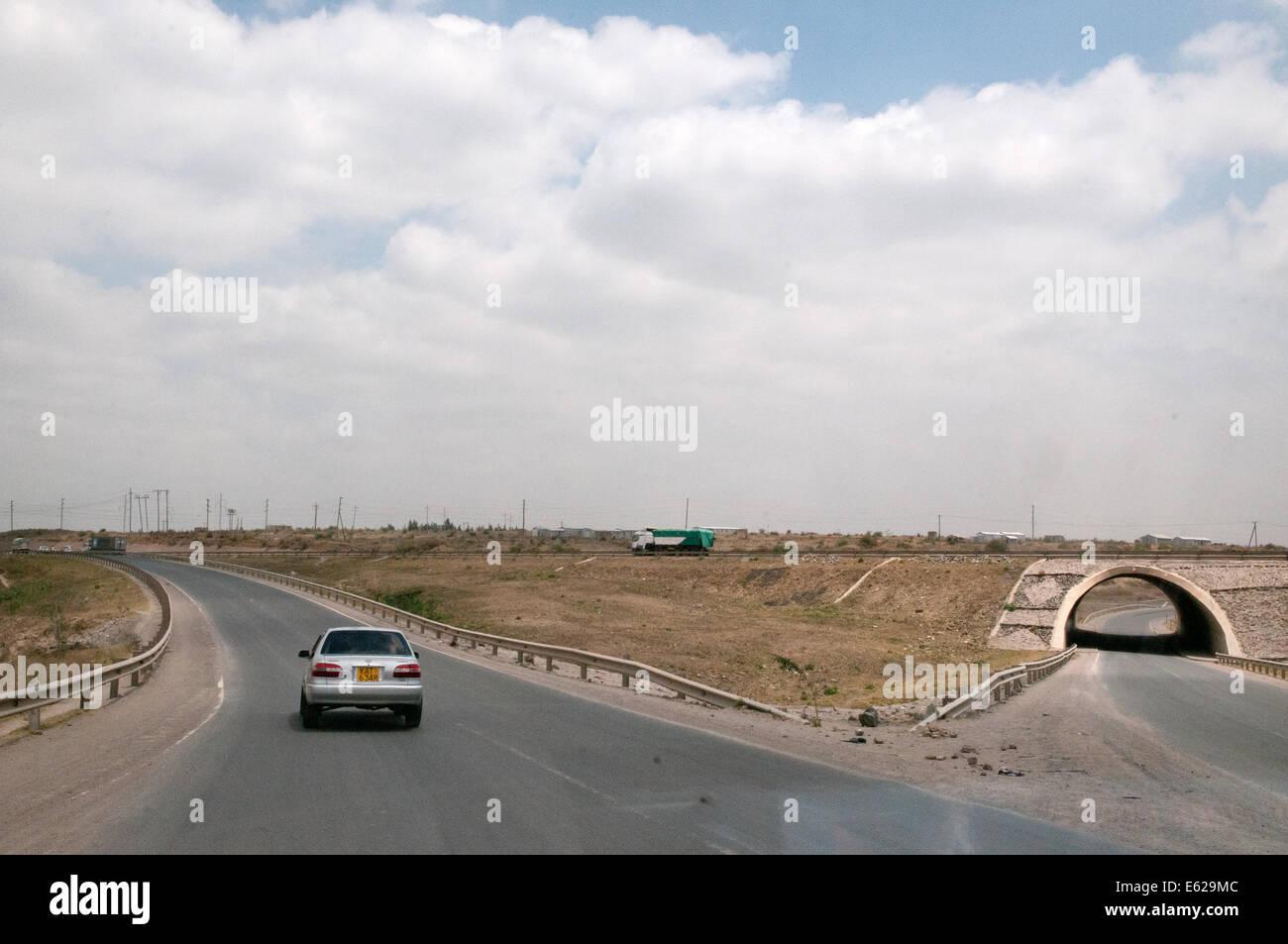 Gleiten Sie Straßen- und Underspass Tunnel, wo mündet Namanga Straße Mombasa-Nairobi-Highway am Athi Stockbild