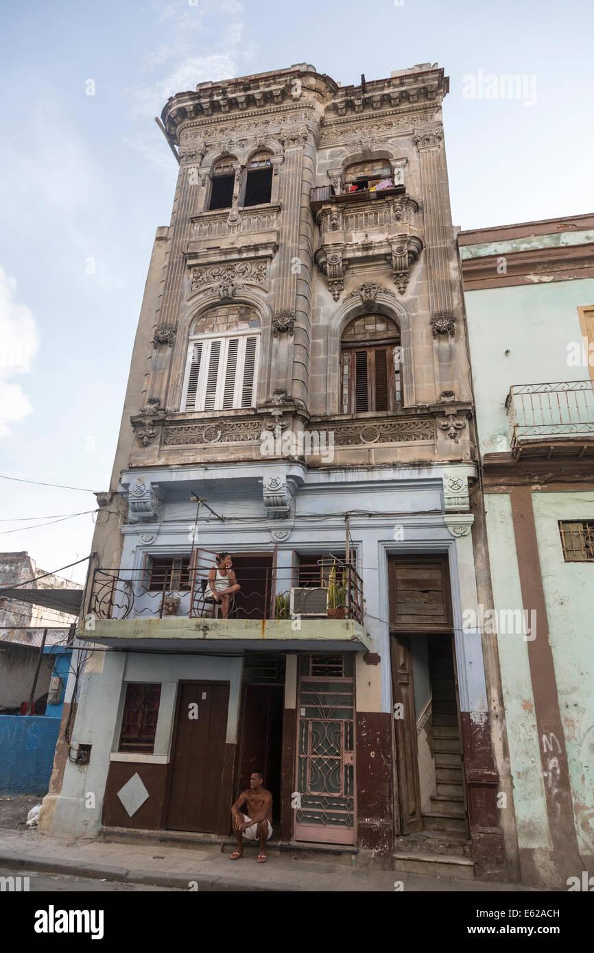 Kubaner in alten Mietshaus Alt-Havanna, Kuba Stockbild