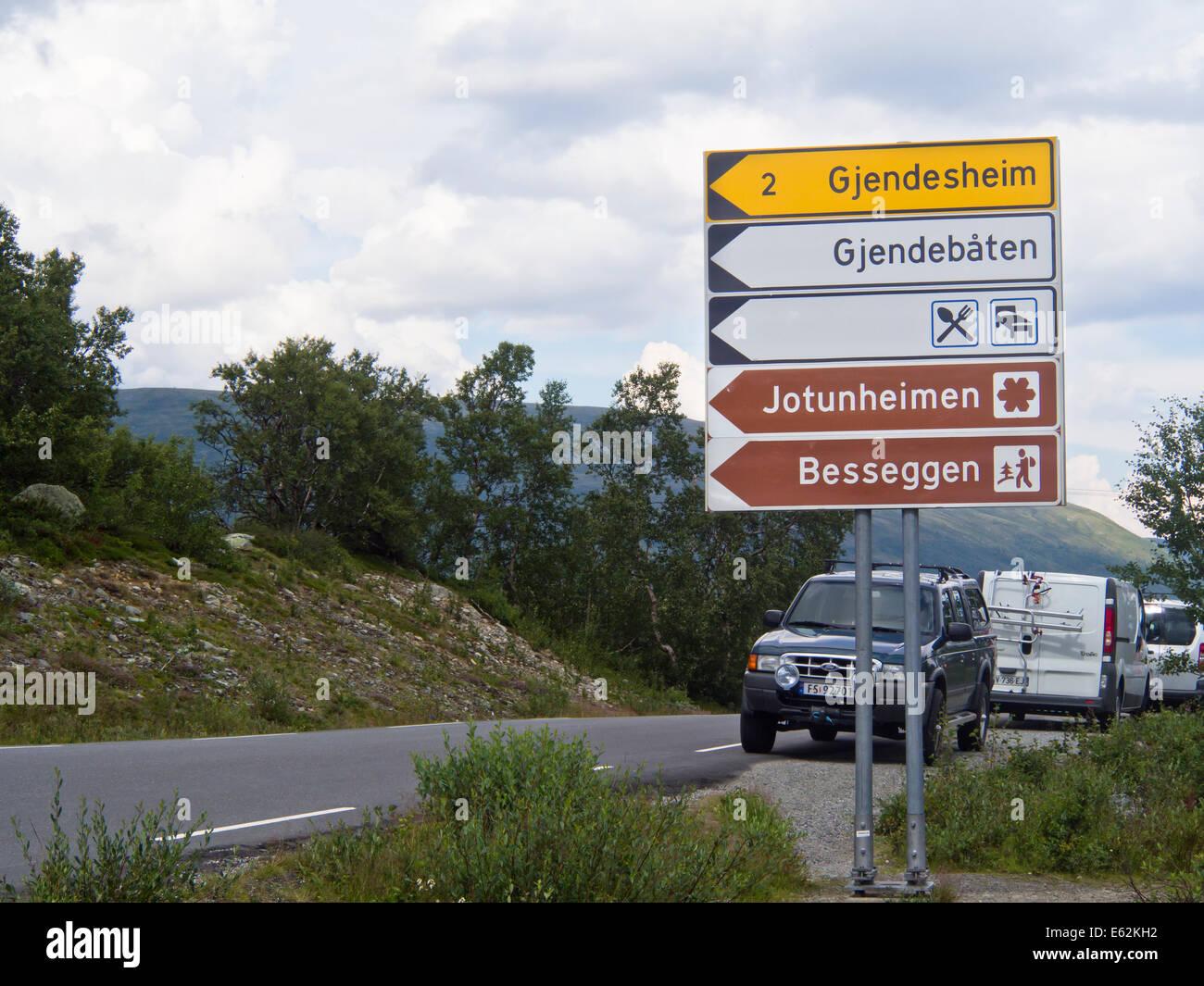 Direktionale Verkehrsschilder zum Jotunheimen Nationalpark und die berühmte Wanderung Besseggen und See Gjende Stockbild