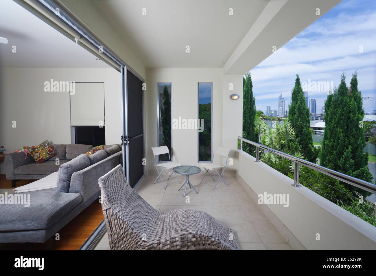 Stilvolle Balkon mit Stühlen mit Blick auf die Stadt Stockbild