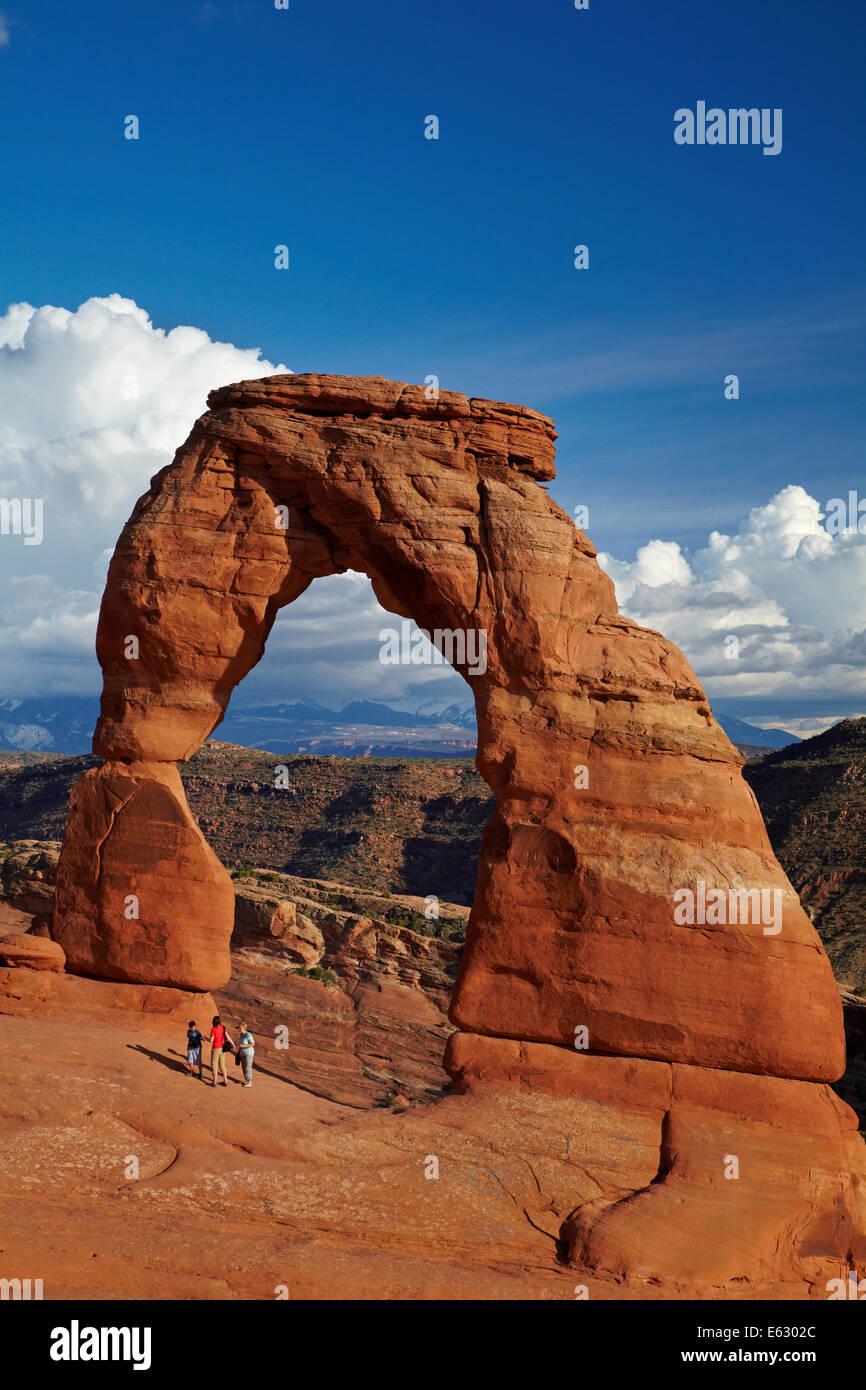 Zarte Bogen (65 ft/20 m hohe Wahrzeichen von Utah) und Touristen, Arches-Nationalpark in der Nähe von Moab, Stockbild