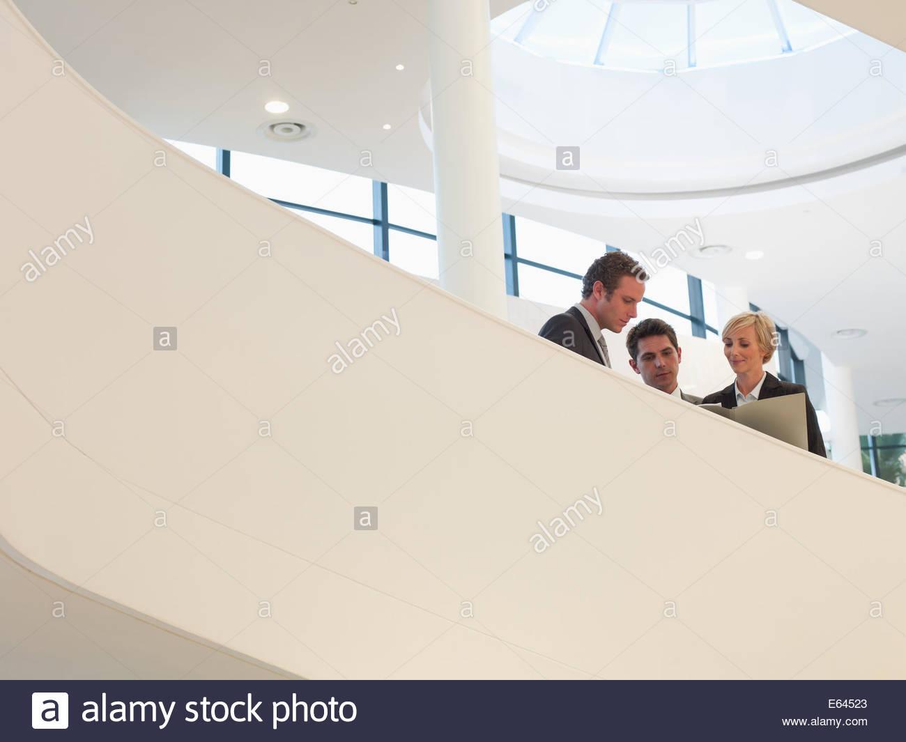 Geschäftsleuten stehen auf Treppe Stockbild