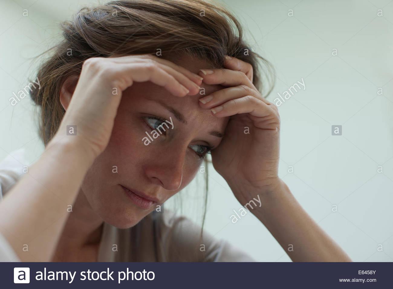 Depressive Frau mit Kopf in Händen Stockbild