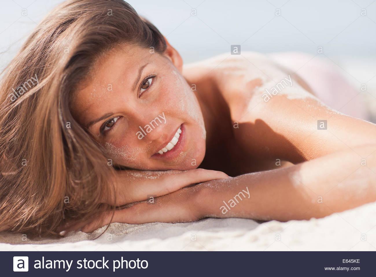 Frau am Strand Sonnenbaden Stockbild