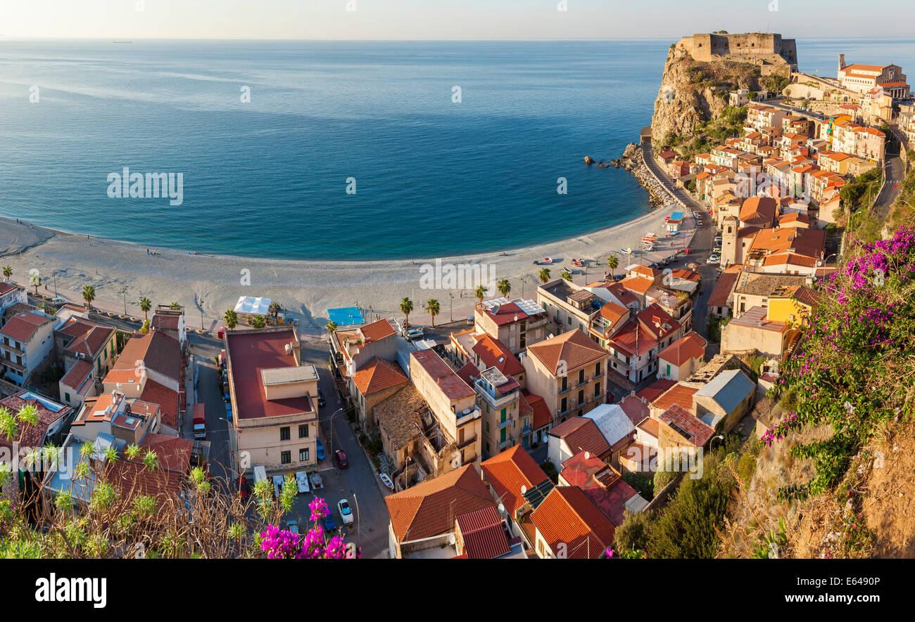 Blick auf die Stadt mit Castello Ruffo, Scilla, Kalabrien, Italien Stockbild