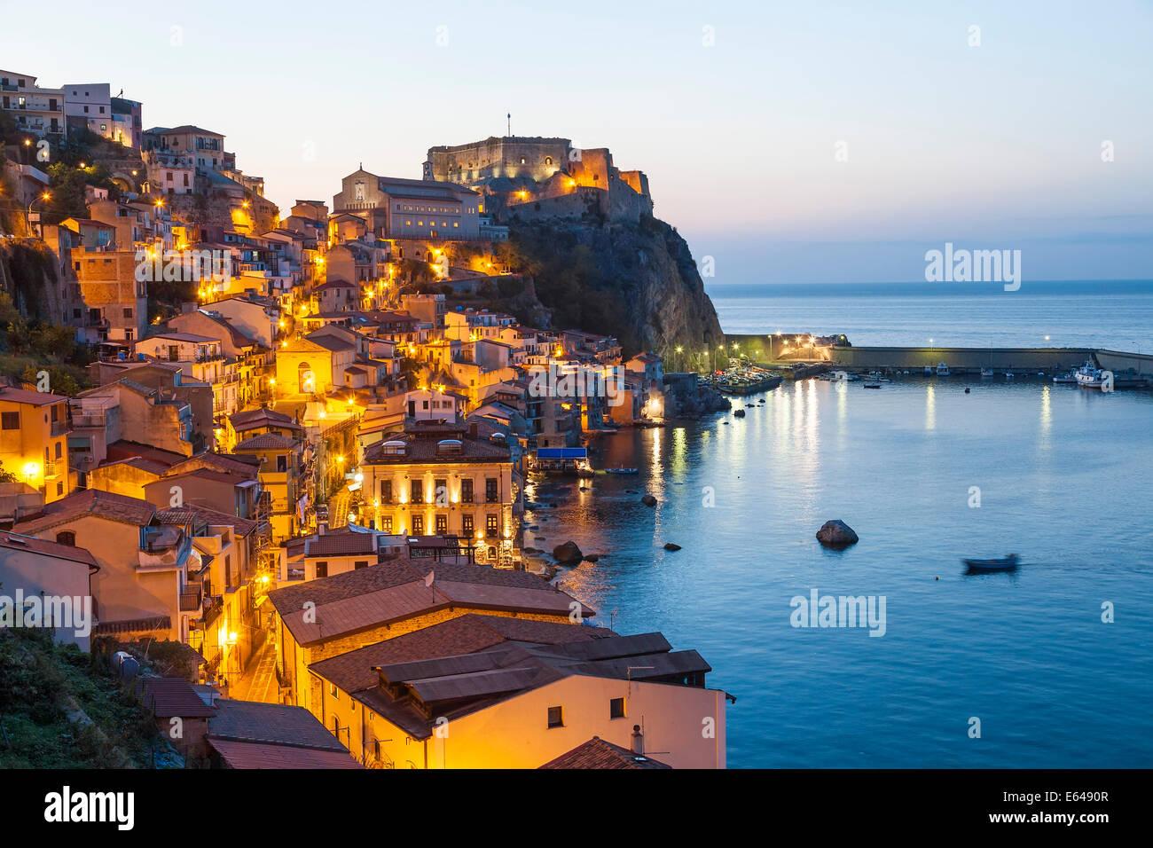 Blick auf die Stadt in der Abenddämmerung mit Castello Ruffo, Scilla, Kalabrien, Italien Stockbild