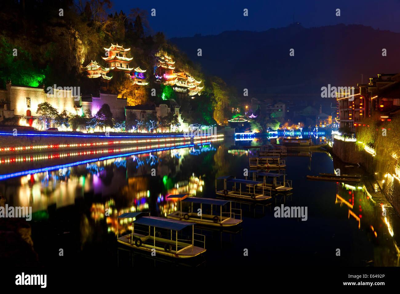 Zhenyuan beleuchtet in der Abenddämmerung, Zhenyuan, Guizhou, China Stockbild