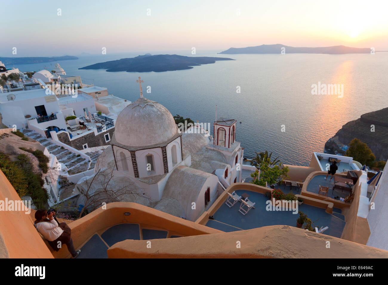 Stadt Kirche & Fira bei Sonnenuntergang, Fira, Santorini (Thira), Kykladen, Griechenland Stockbild
