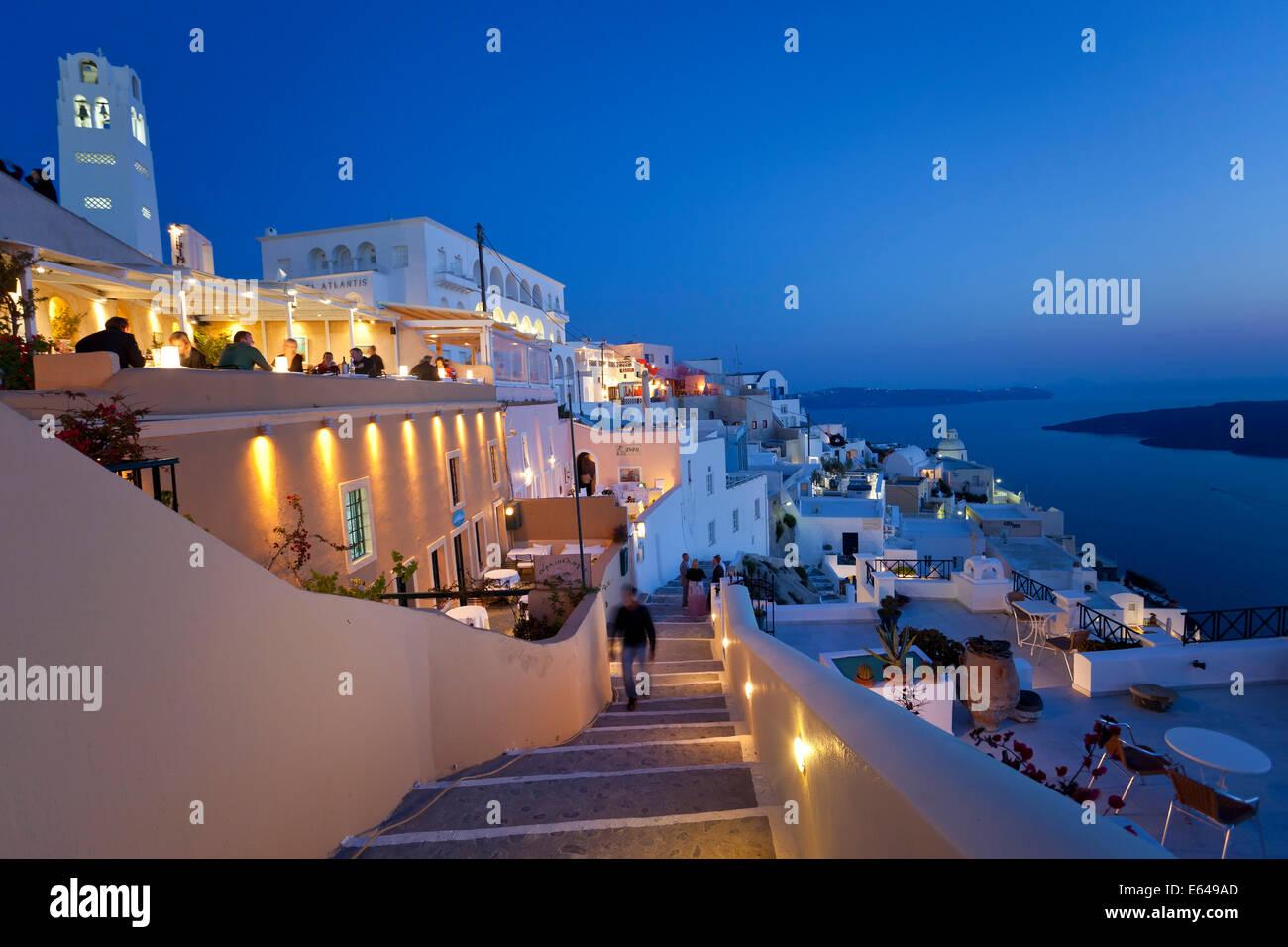 Die Stadt Fira in der Abenddämmerung, Fira, Santorini (Thira), Kykladen, Griechenland Stockbild