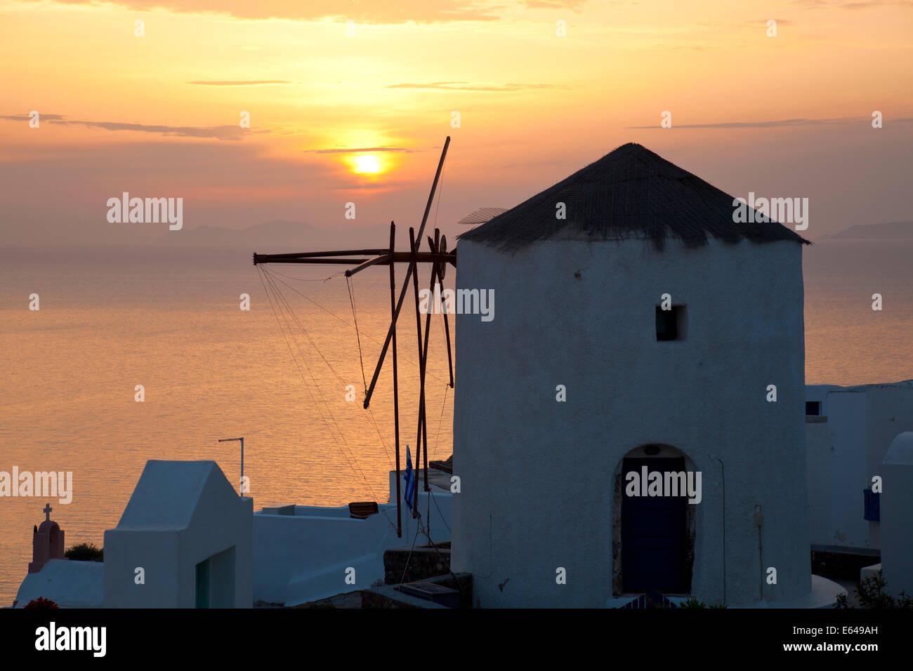 Windmühle bei Sonnenuntergang, Oia, Santorini, Kykladen, Griechenland Stockbild