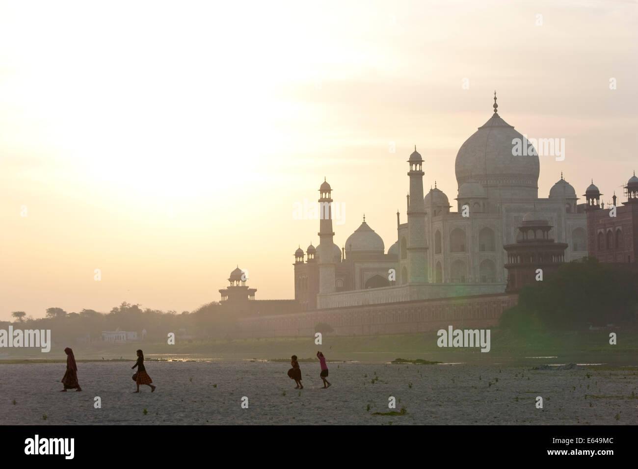 Taj Mahal am Ufer des Flusses Yamuna, Agra, Indien Stockbild