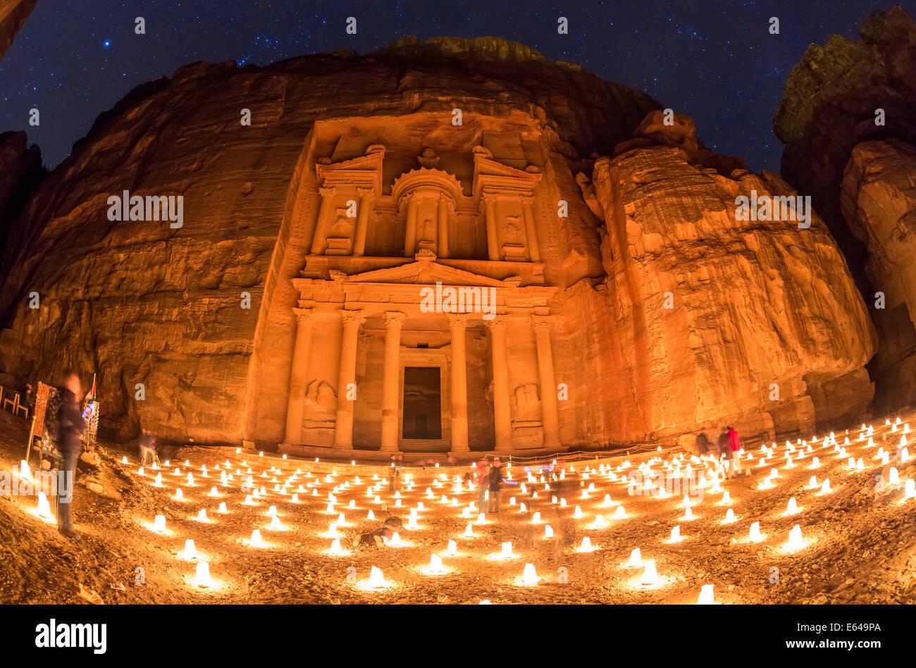 Das Finanzministerium (El Khazneh), in der Nacht beleuchtet von Kerzen, Petra, Jordanien Stockbild