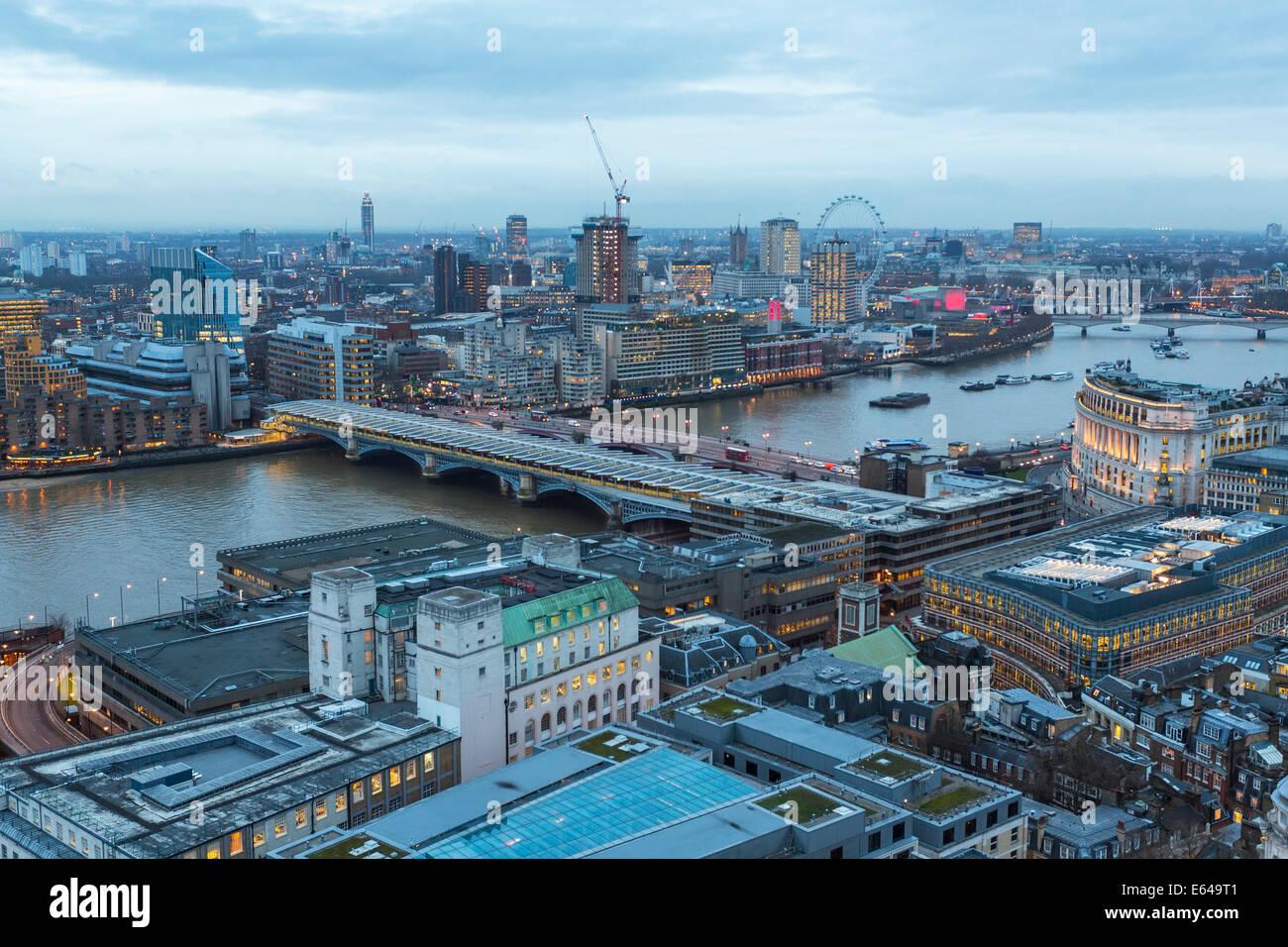 Blick über die Themse in Richtung Millenium Wheel, London, UK Stockbild