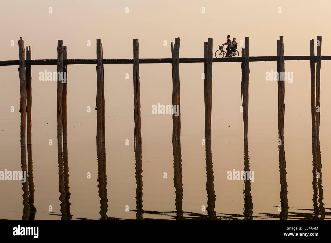 U-Bein-Teak-Brücke bei Sonnenaufgang, Mandalay, Myanmar Stockbild