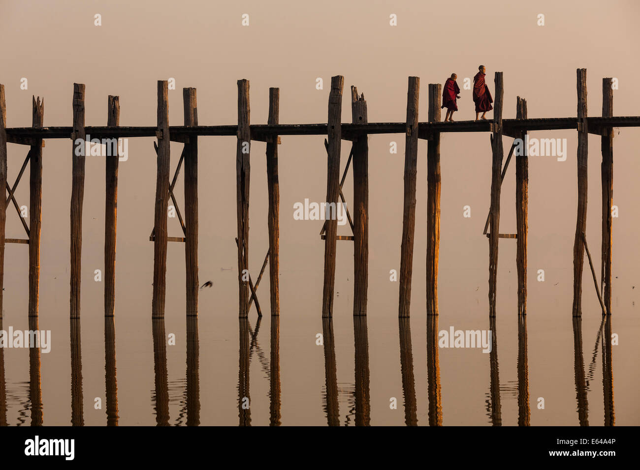 Teakholz U Bein Brücke bei Sonnenaufgang, Mandalay, Myanmar Stockbild