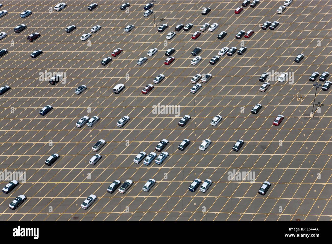 Neue Autos warten auf Lieferung an Port, New Jersey, New York, USA Stockbild