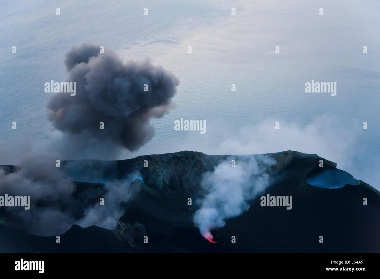 Vulkanausbruch mit schwarzem Rauch, Vulkan Stromboli, Insel Stromboli, Äolischen Inseln, Sizilien, Süditalien, Stockbild