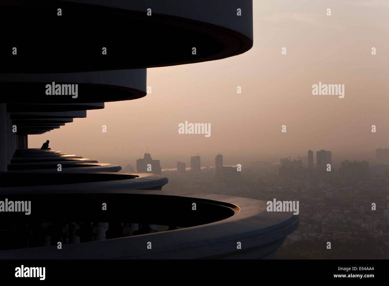 Balkon und Blick über Bangkok in der Morgendämmerung, Thailand Stockbild