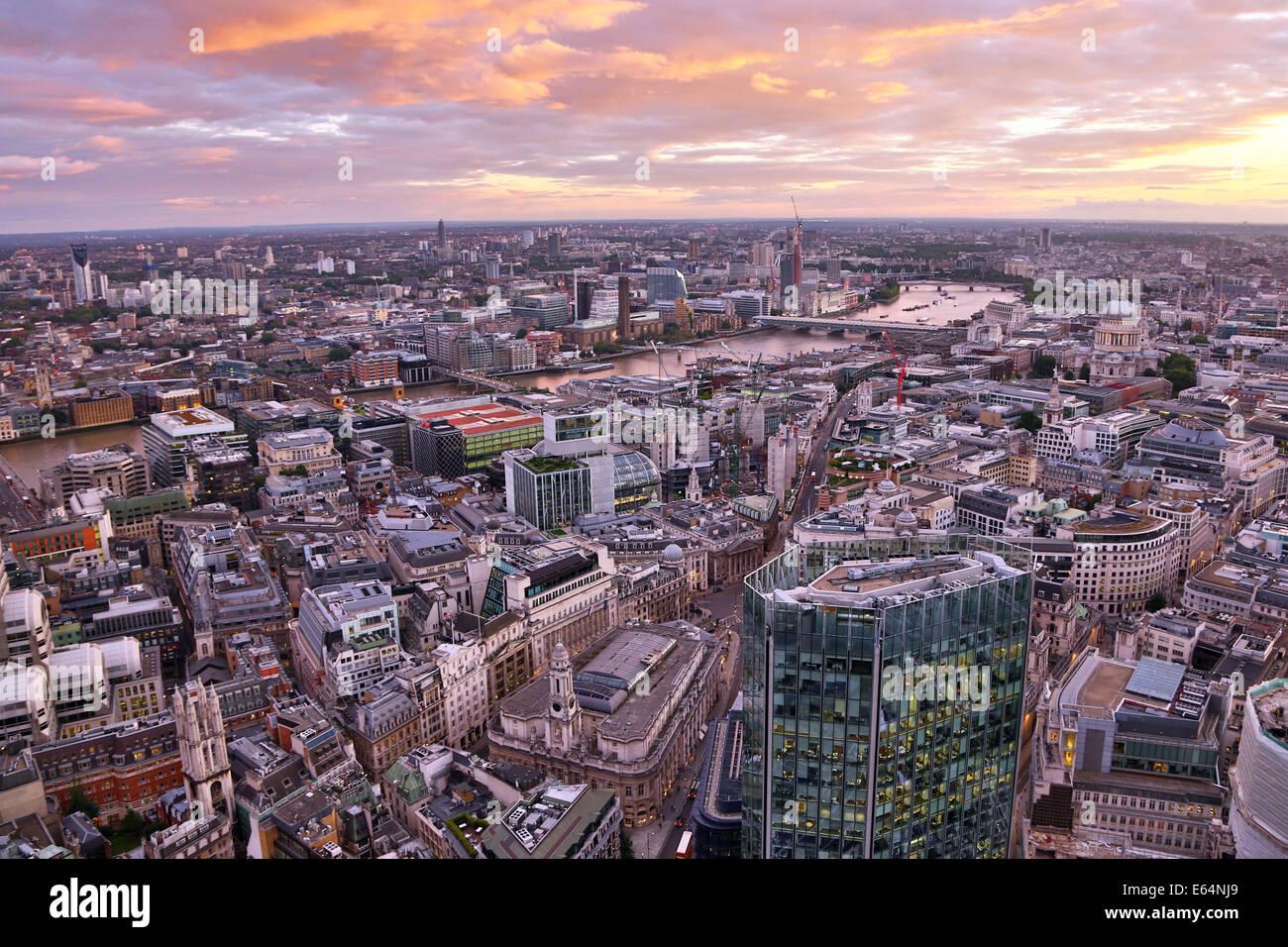 Gesamtansicht der Gebäude die Skyline der Stadt in der Abenddämmerung in London, England Stockbild