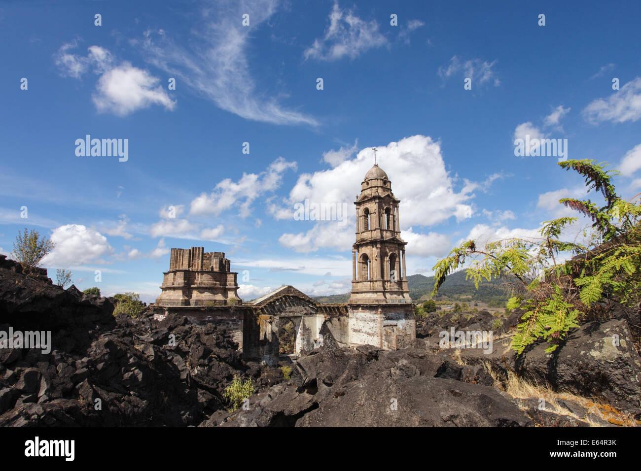 Die Türme der Tempel sind alle, die bleiben durch das Dorf von Lava aus dem Vulkan paricutin, Michoacán, Stockbild