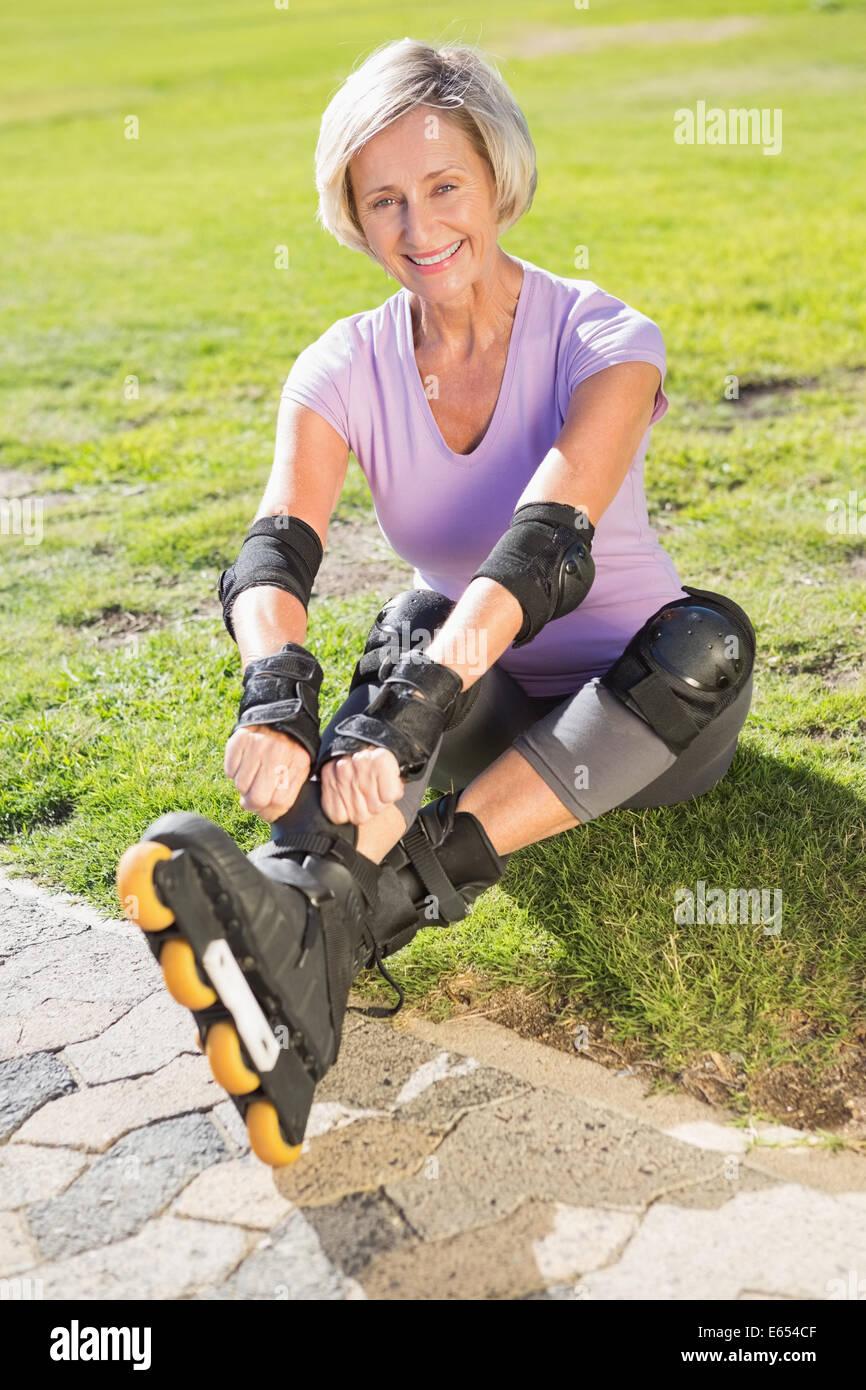 Aktive ältere Frau Rollerblading einsatzbereit Stockfoto