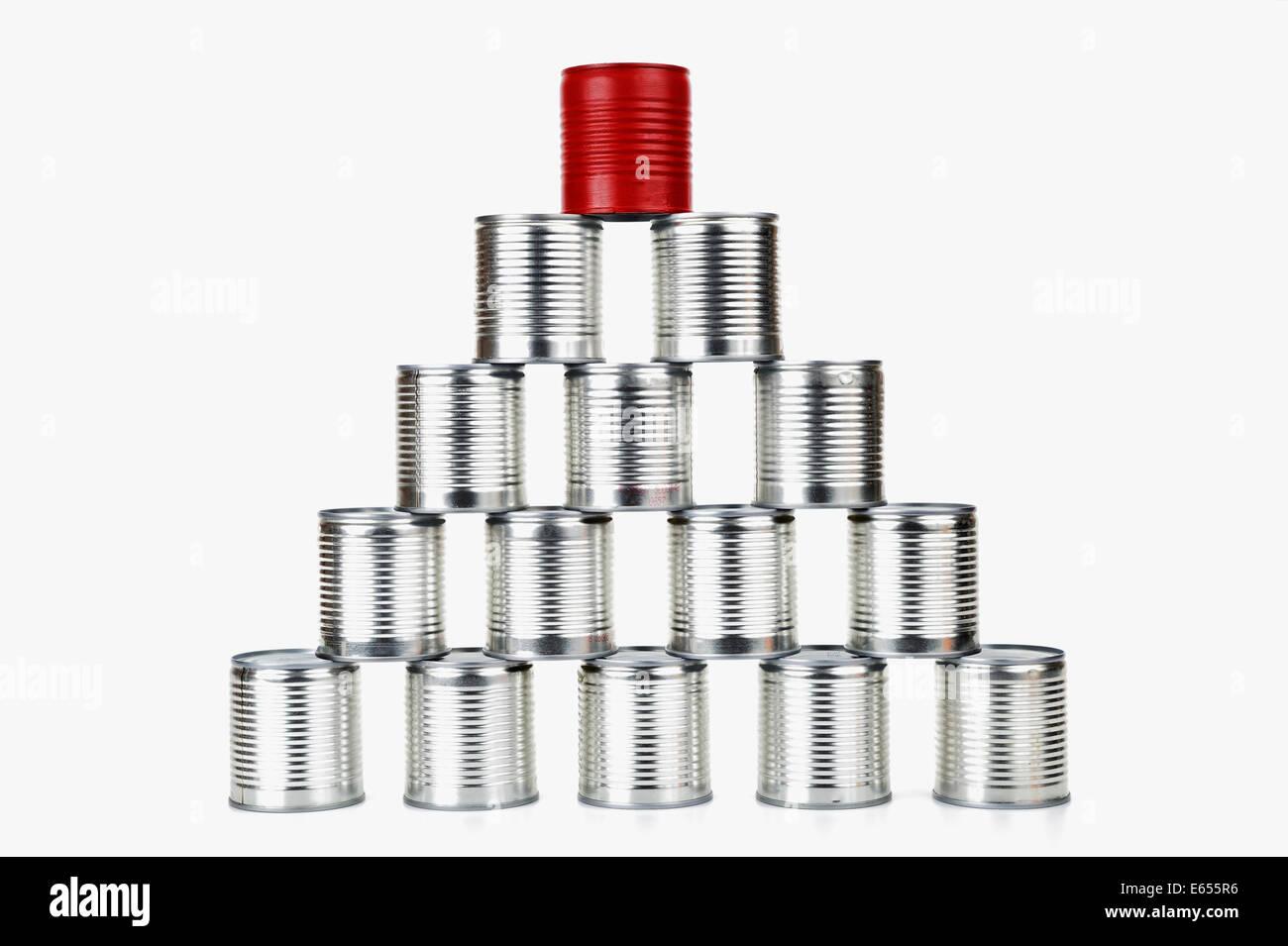 Erfolg - rote Blechdose Spitze einer Pyramide - Konzept Unterschied / Erfolg / Führung Konzept Stockbild
