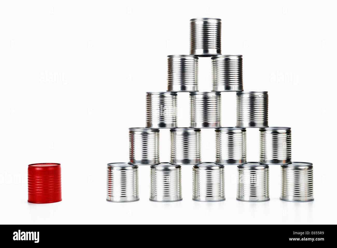Rote Blechdose neben einer Pyramide - Konzept Unterschied Stockbild
