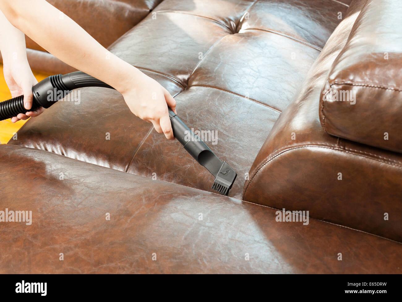 Frau Ledersofa Mit Staubsauger Reinigen Stockfoto Bild 72650029
