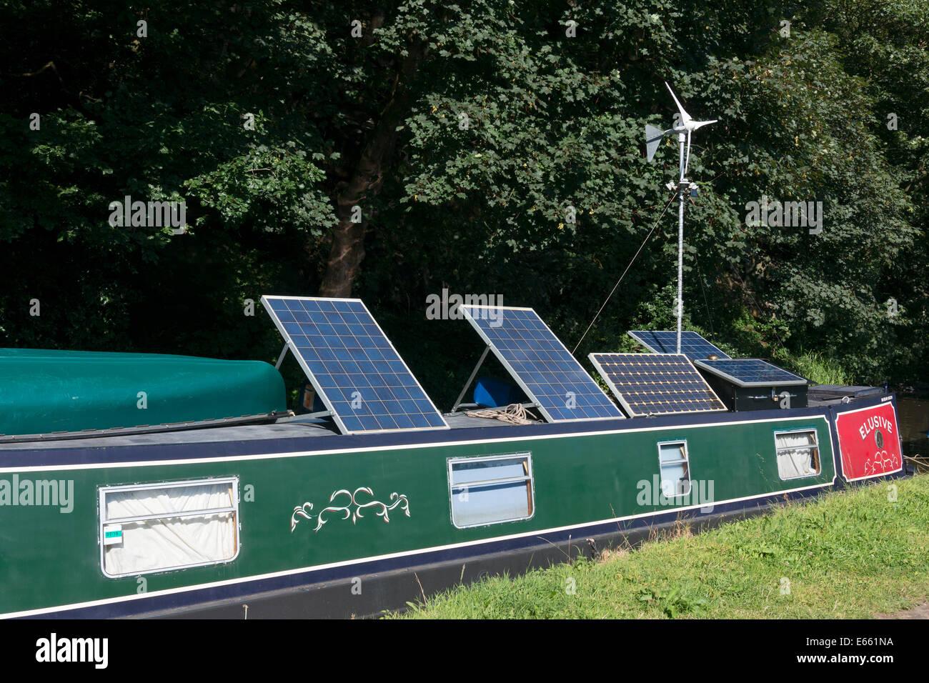 Solarzellen und Windgenerator oben auf einem Narrowboat, Sowerby Bridge, West Yorkshire Stockbild
