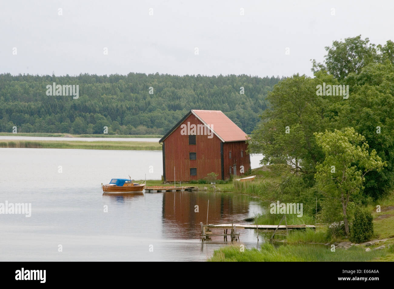 schwedischen see seen schweden boot haus rot falun farbe stockfoto bild 72669138 alamy. Black Bedroom Furniture Sets. Home Design Ideas