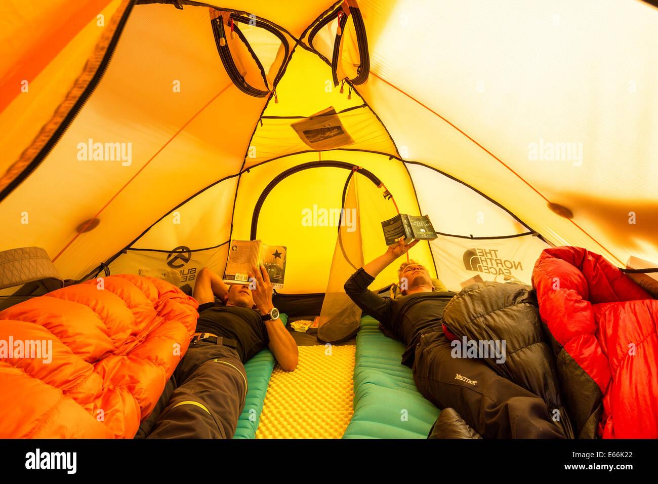 Zwischen ruht klettert im Ishinca Tal Basislager, Cordillera Blanca, Anden, Peru, Südamerika Stockbild
